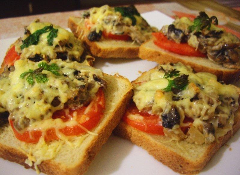 Бутерброды с колбасой и грибами