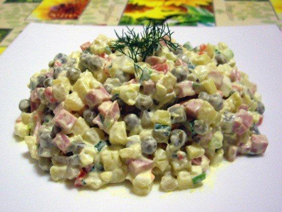 Фото рецепта салата Оливье с колбасой